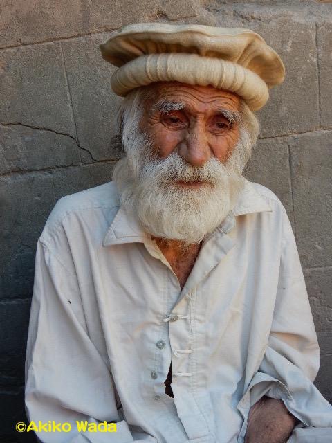 4ヶ月の喪中に伸びたマシャールのお祖父さんの髭。