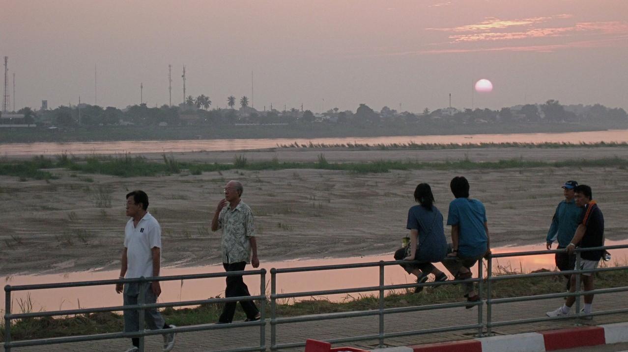 夕日を見る若いカップルは絵になりますなあ。散歩をする人も多いですが。