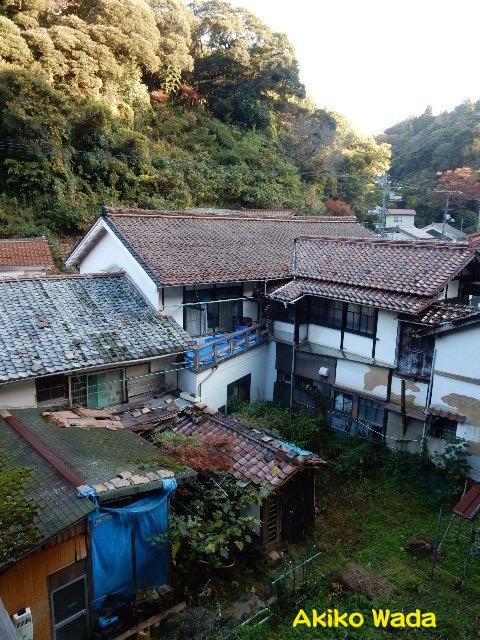 宿の部屋から見た風景。ほとんどの家屋が痛んでいて、廃れゆく古い温泉町を感じざるを得ない。