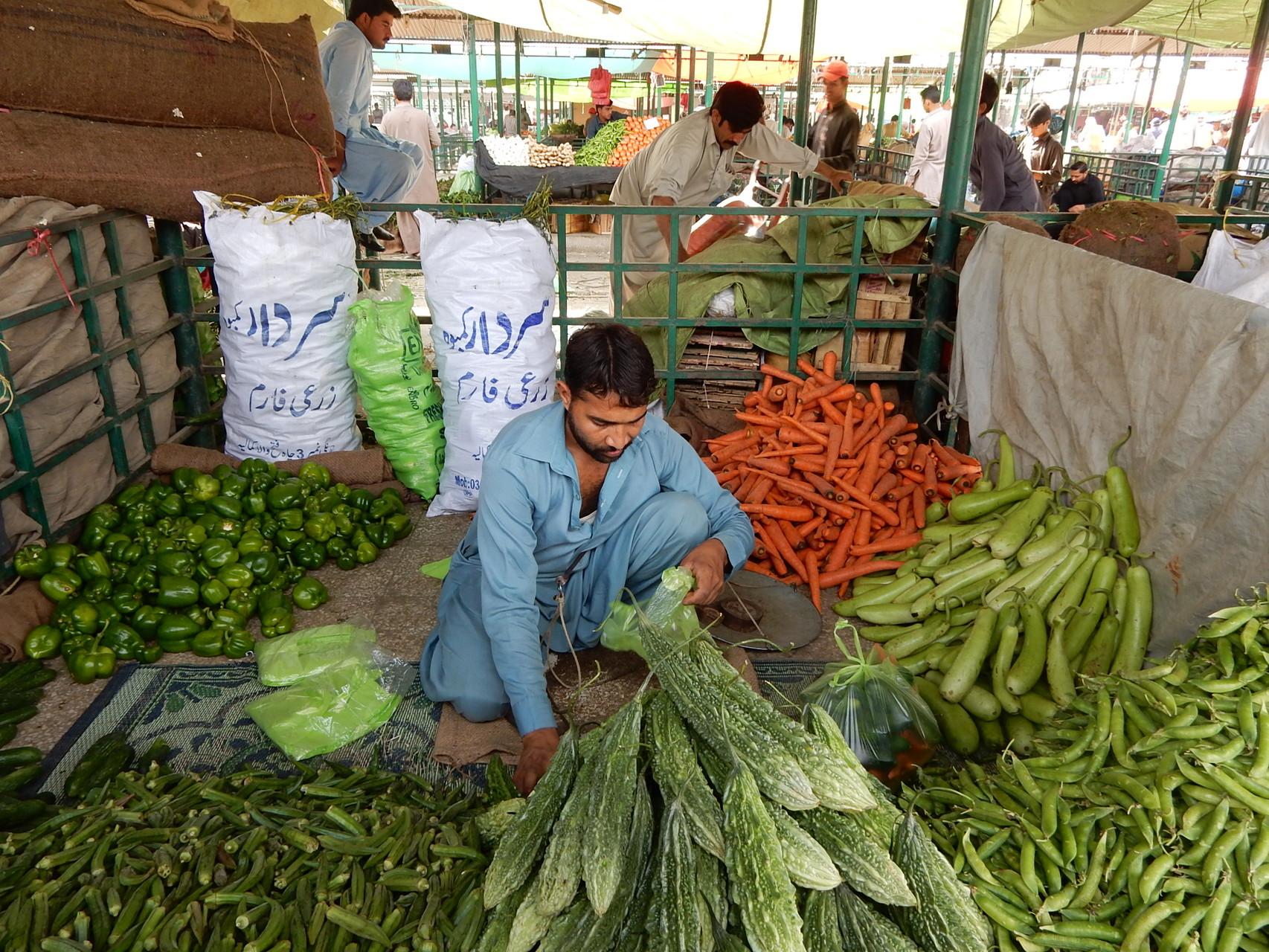 金曜野菜市場。たくさんの種類の野菜がある。