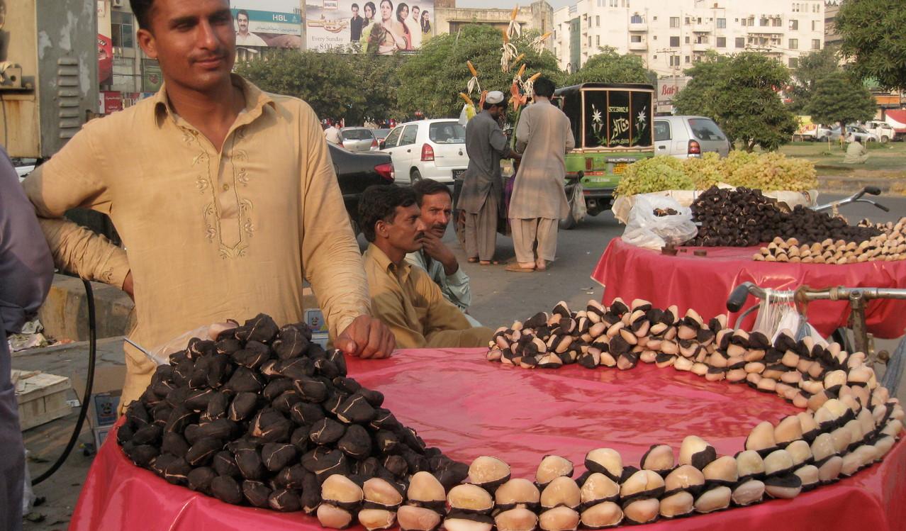 街角では粒の大きい菱の実が売られていた。