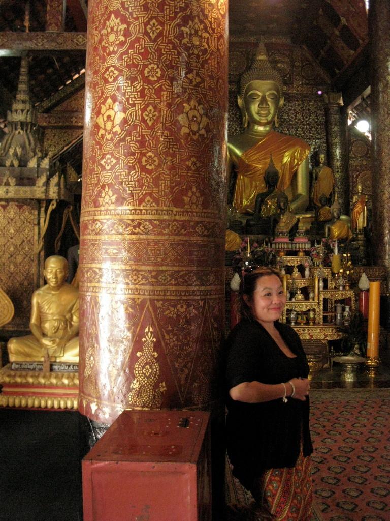 シェントン寺院の本堂。観光スポットだから各国からのツーリストがたくさん。