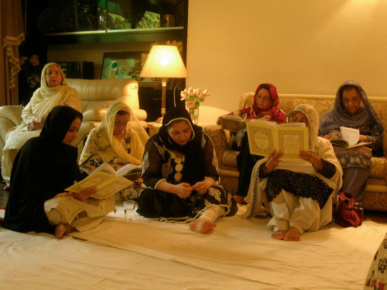 イスラム教では、死者が亡くなった日から1週間ごとに親戚、知り合いが集まって、コーランを読み、祈りを捧げる行事を開く。40日後がその最後の週だというが、実際は30日後に開かれたよう。