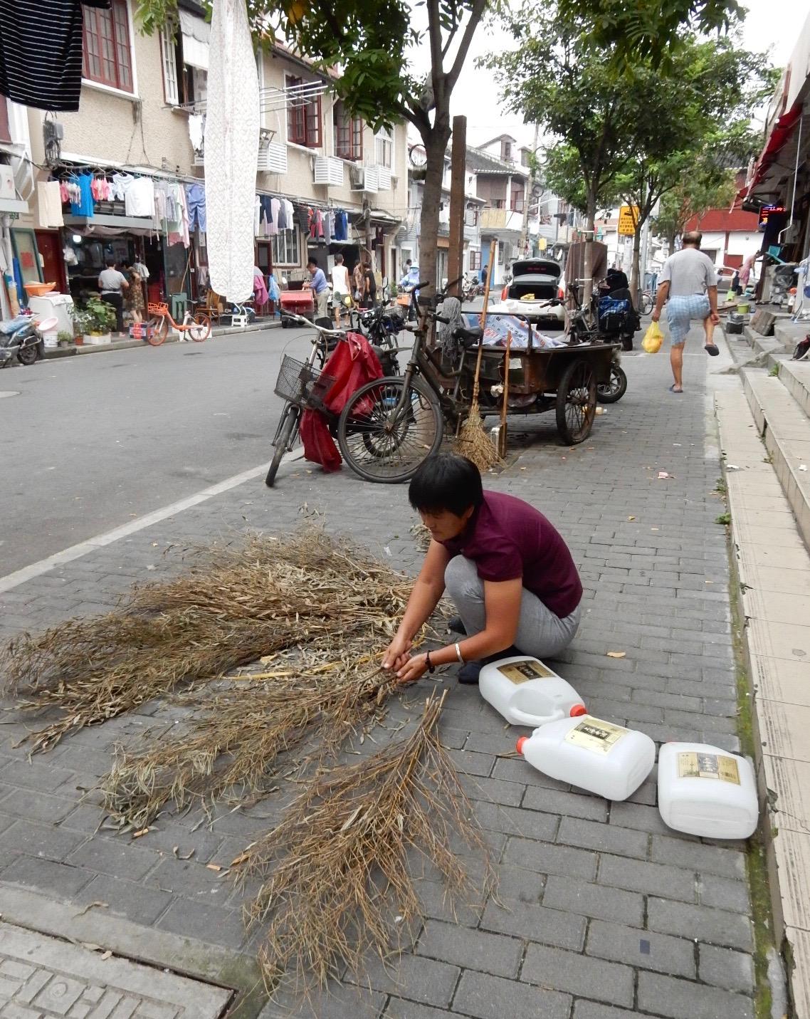 道路掃除用のホウキを作る