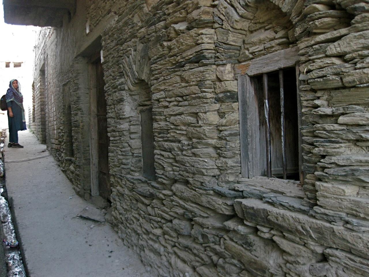この辺りの村は伝統的に石の文化。古い家は石で造られている。