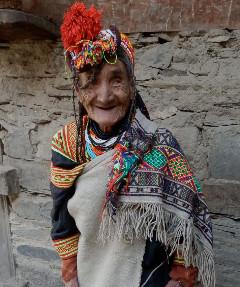 伝統のチャルシティー(胴巻き)を着けたお婆ちゃん。これを着ける女性はいなくなり、冬はほとんどがチャルダーを使うようになった。