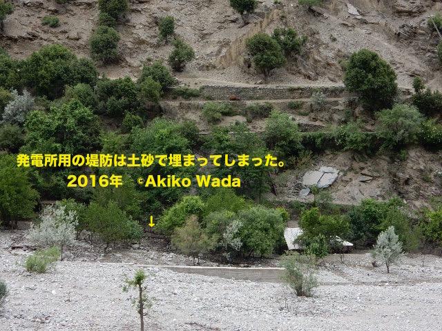 昨年の鉄砲水で発電所用の堤防は土砂に埋まってしまった。しかしこの堤防のおかげで発電所は守られた。
