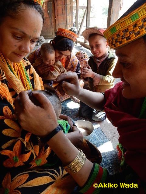 赤ん坊の頭を剃る。