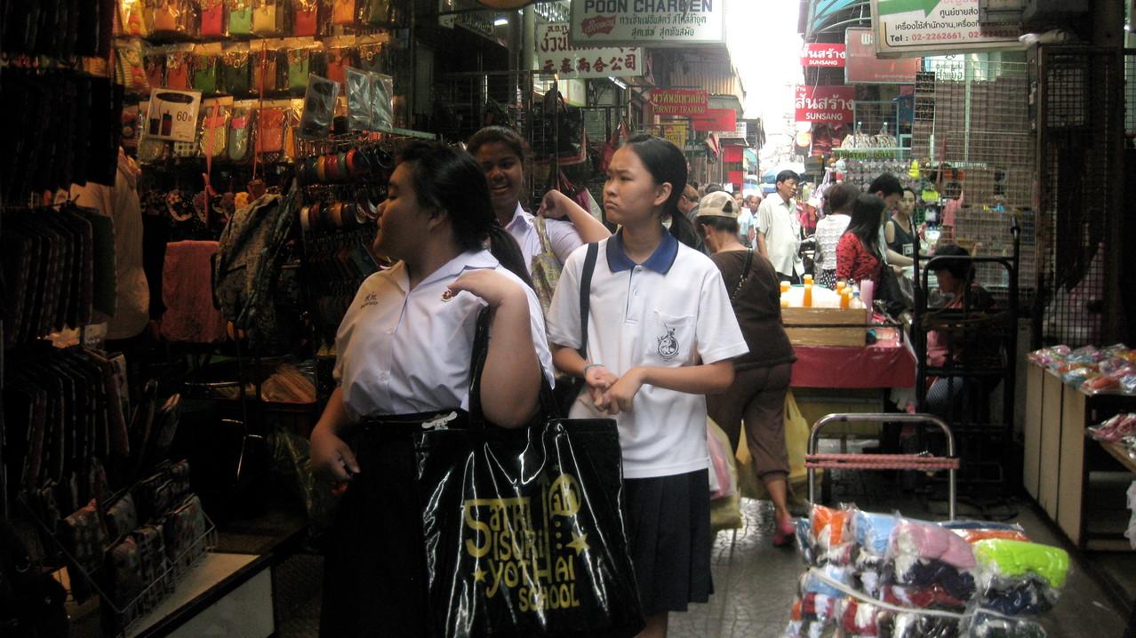 裏通りには小さい店や卸屋さんがびっしり連なる。