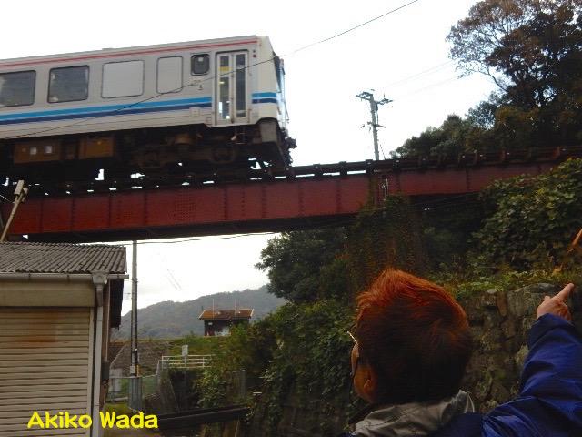 江津の甍通りからちょうど通りかかった三江線を見る