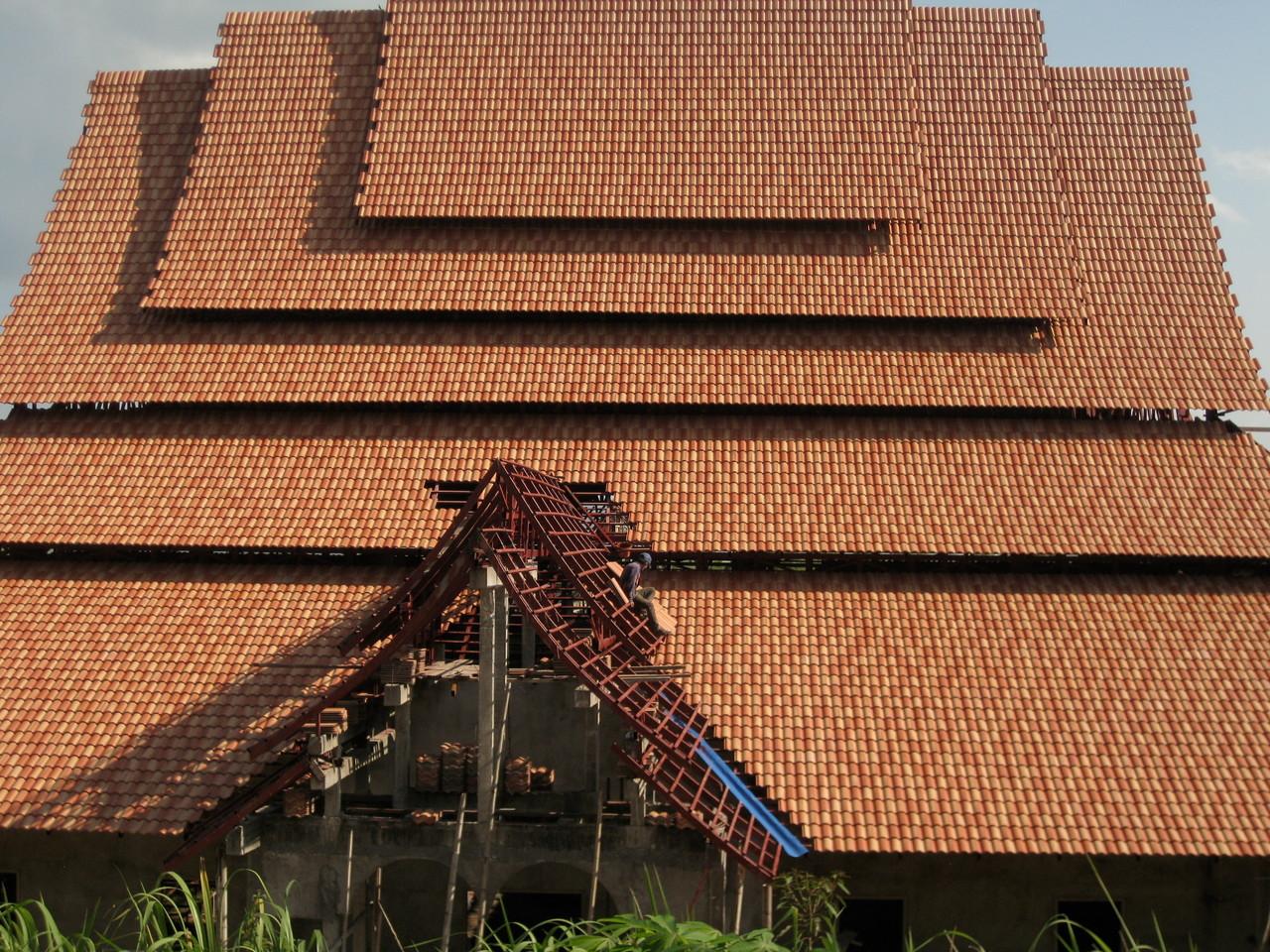 新しく建立中のお寺の屋根