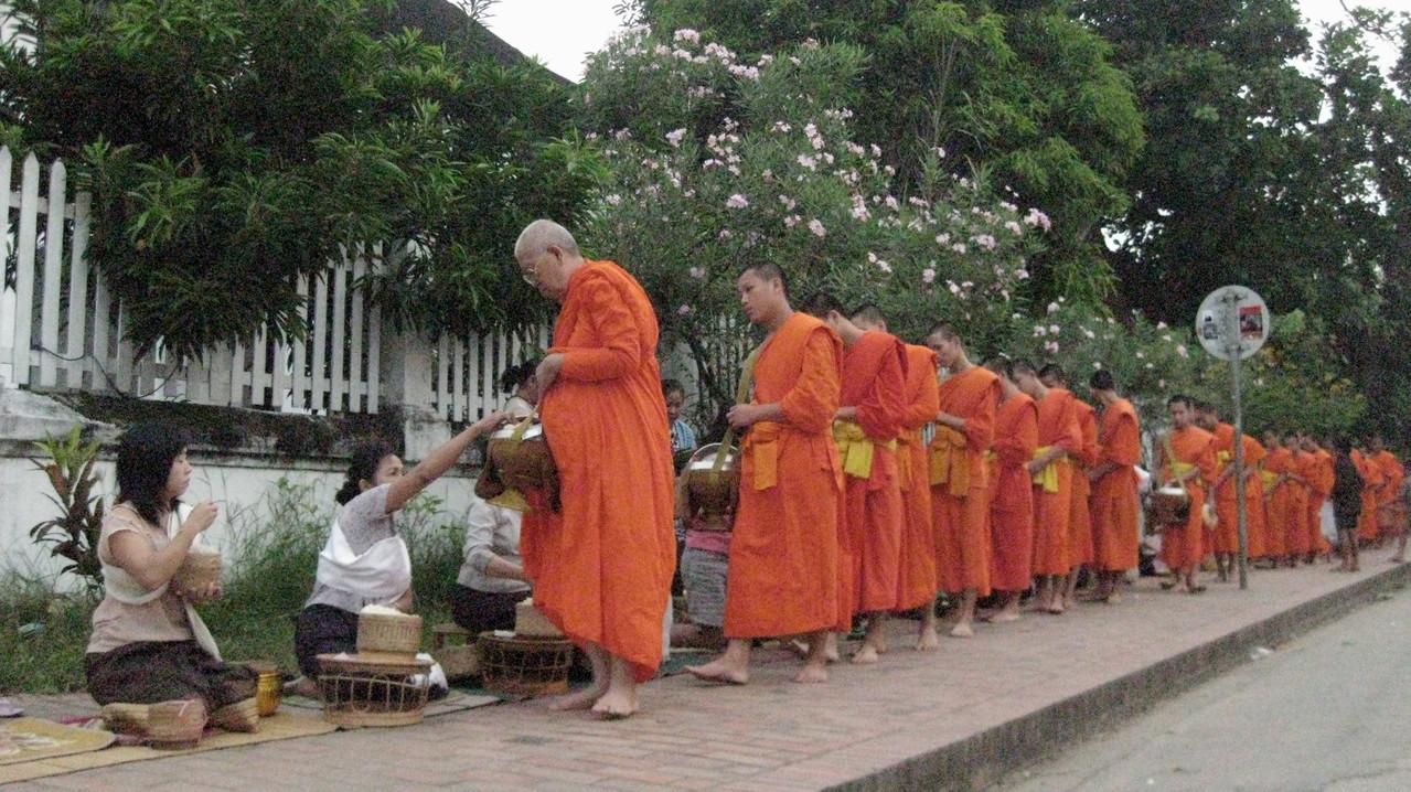 それで、観光スポットになっている托鉢で有名な場所に行ってみる。6時10分ぐらい、かなり明るくなってから僧侶の集団が現れた。