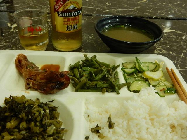 一人旅だと食事がイマイチになる。宿の隣のムスリム食堂でお好みのおかずとご飯を一食、菜掛けラーメンを一食。元はあるのになあ。