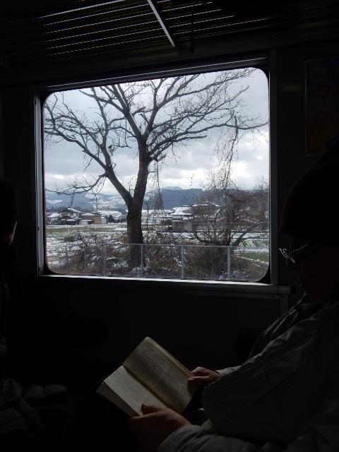 車窓から、子供の頃によく乗り降りした筑後大石駅を見る