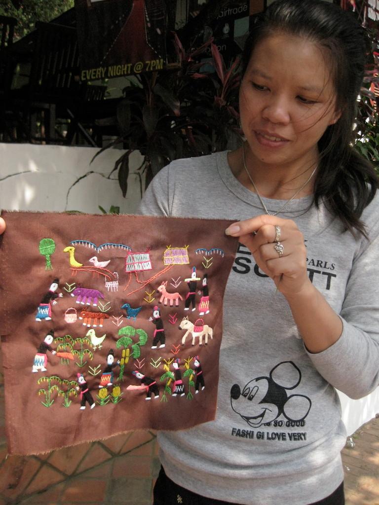 宿の従業員さん、暇な時には土産用の刺繍をする。