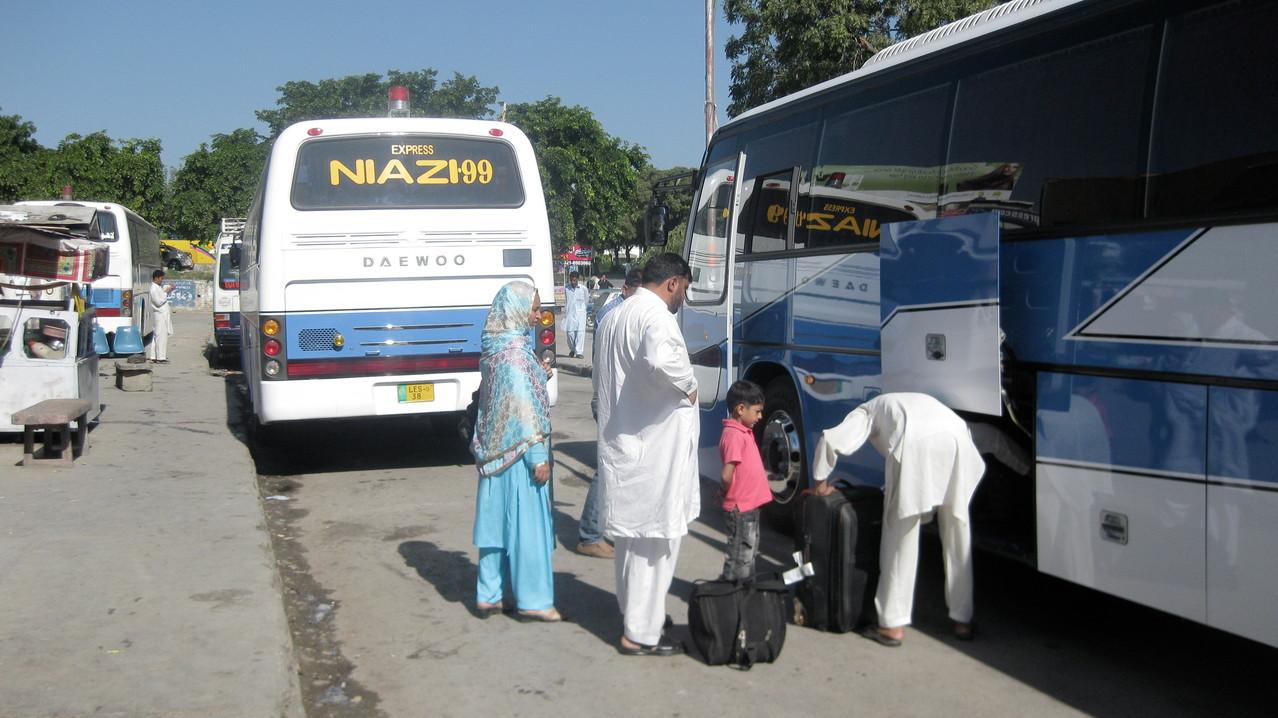 値段は高いが快適さと安全を売る韓国系のバス会社Daewooを真似て、パキスタンの高速バスも洒落た制服を着た女性車掌を乗せた、きれいなバスに様変わりしていた。