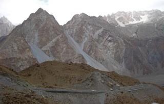 On the Karakoram Highway by flying coach to Sost. カラコルム ハイウェイ。乗り合いハイエースに乗ってソストへ。