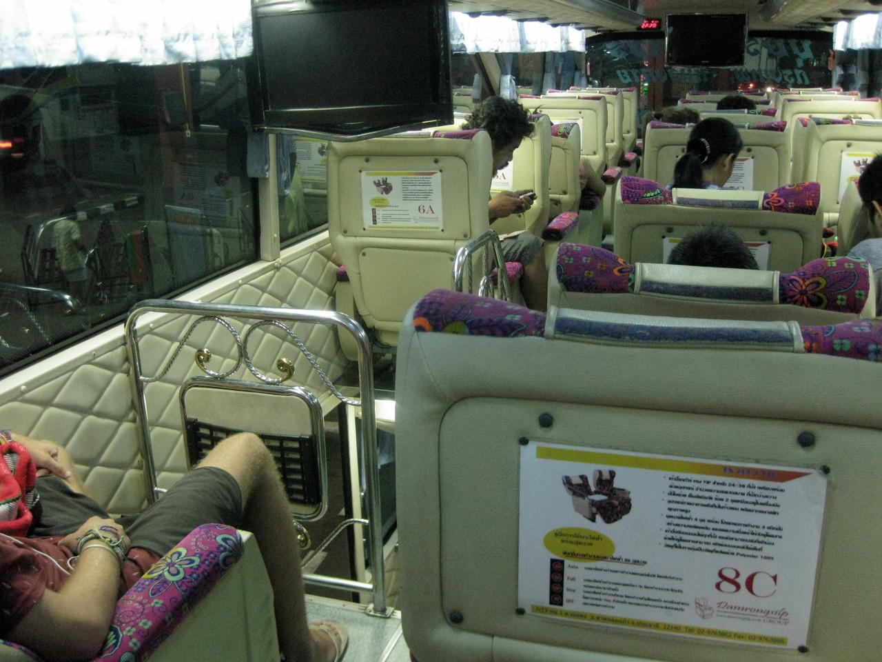 ビエンチャン〜バンコク・カウサーン直通のバスの切符を買ったのに、実際はビエンチャンからは乗り合い軽トラックに国境まで乗せられ、そこで出国手続きを済ませ、今度はぼろバスに乗って国境の橋を渡り、タイの入国手続きをして、ピックアップに乗せられてノンカーイのバスターミナルへ。ここでやっときれいな2階建てバスに乗ることができた。座席はマッサージマシン付きだった。しかし、カオサーンまでは行かずに、バンコクの北ターミナルに夜明け前に降ろされてしまった。
