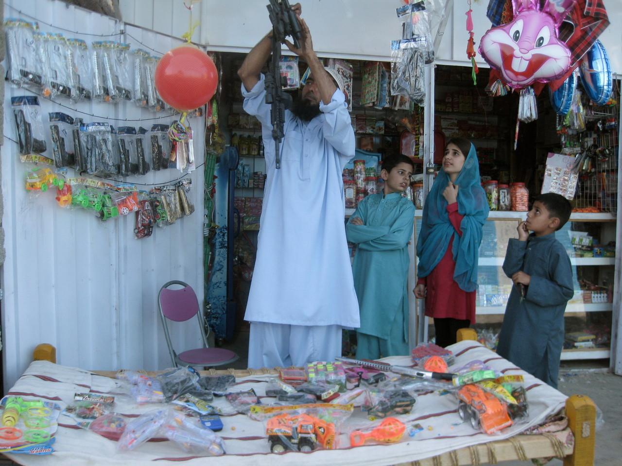 ベッドの上や外の壁に商品のおもちゃを置いたりぶら下げて、臨時に拡張された店。お小遣いをもらった子供たちで商売繁盛。