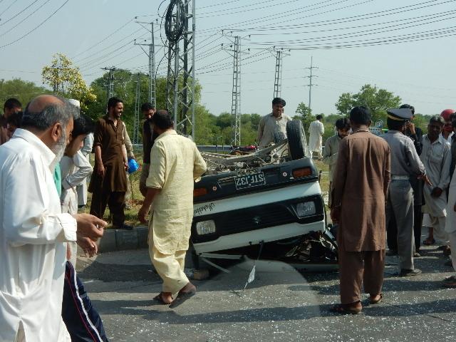 イスラマバードから高速道路に向かう道路で事故車を見た。