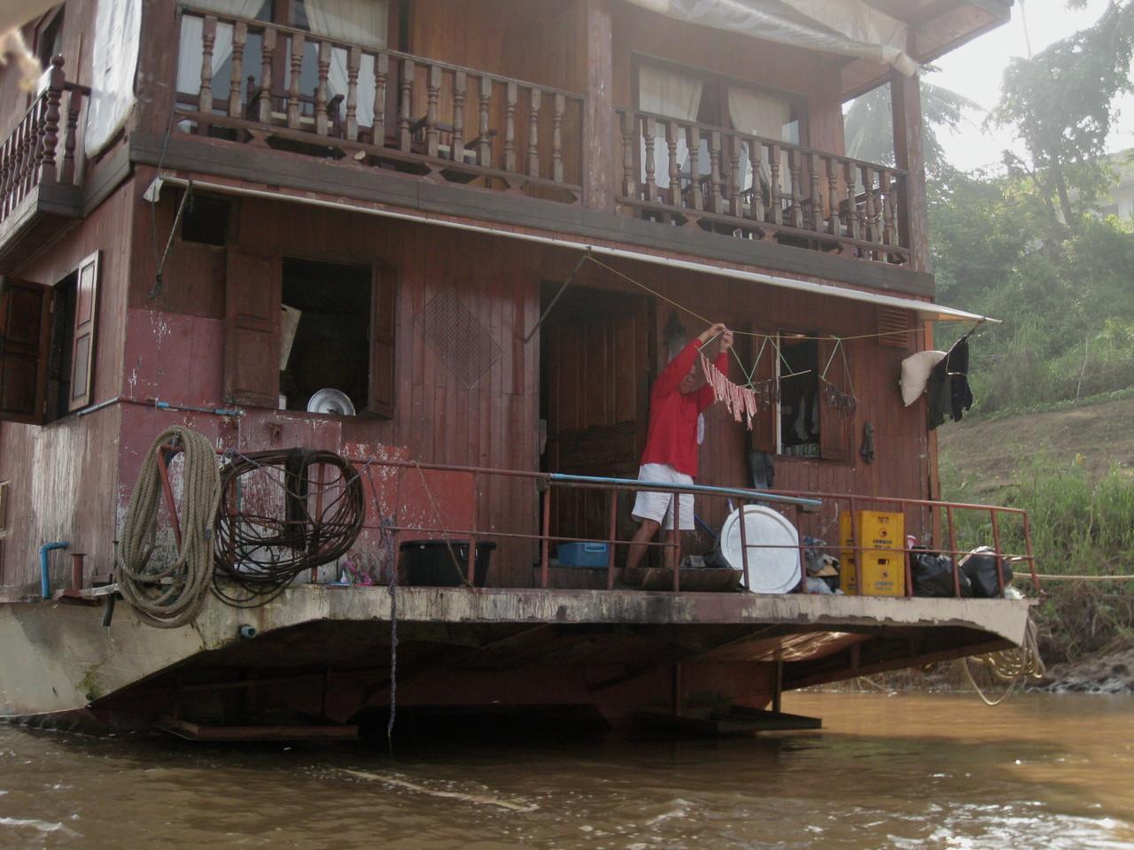 メコン川には大きな舟も運行している。