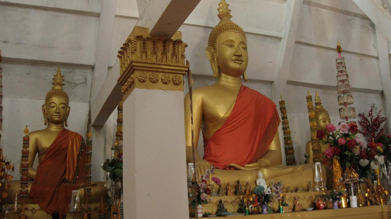 サマキサイ寺の本堂に祀ってある仏像