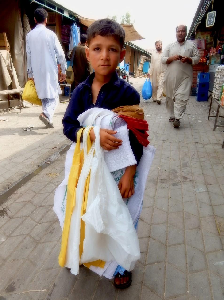 買い物袋を売る子供。