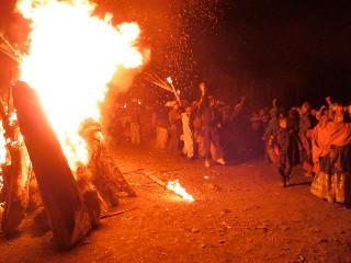 今年のチャンジャー(バリマインを送る火祭り)は神殿前の広場が土砂で荒れていて使えず、土砂を被った畑(しかし平だった)で行われた