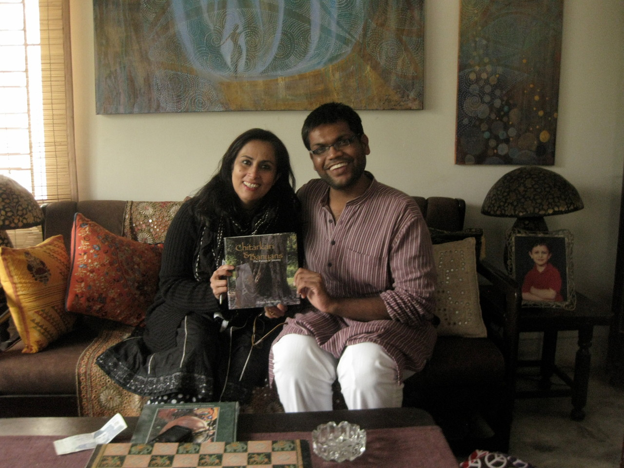 フォジアとインドの平和活動家のチンタン氏。チンタン氏はラホールで開かれた「Children Literacy Complex」に招待されたインドのジャイン教の方。フォジアの本と私の写真集を買っていただきました。フォジアの作品が壁にかかる彼女の家で。