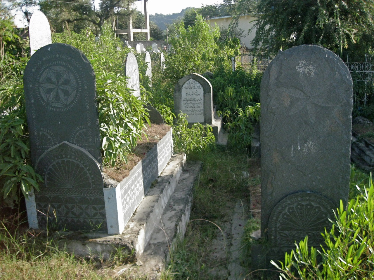 この村のお墓は、死者の生前の人生の特徴を刻んだスレートでできている。