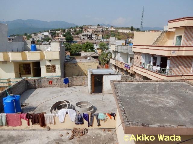 ムラッド氏の家の屋上からのながめ。ここはイスラマバードに接する新しく開発された住宅地。