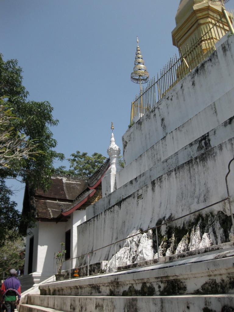 プーシーのてっぺんに立つタート・ジョムシー仏塔。写真写りがいい(実際はちゃちっぽい)