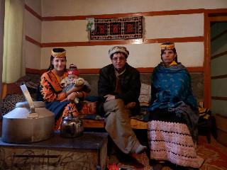 ペシャワールで教育を受け、仕事をしていたヌシャヒディンの義弟の家は非常に洗練されている。中央はヌシャヒディン。