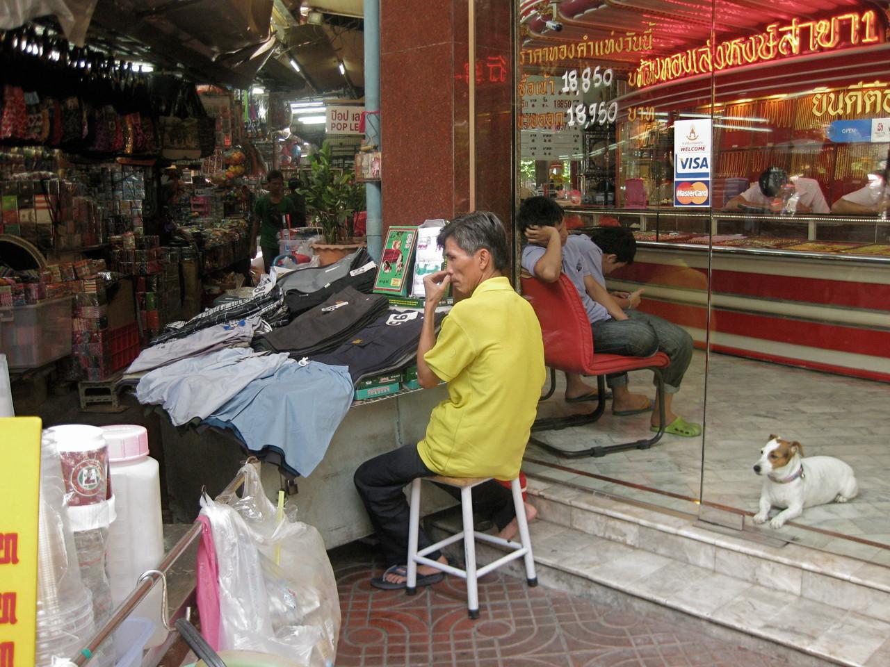 ヤワラート通りには銀行、宝石屋も多い。宝くじの露店は5メートルおきぐらいにあった。