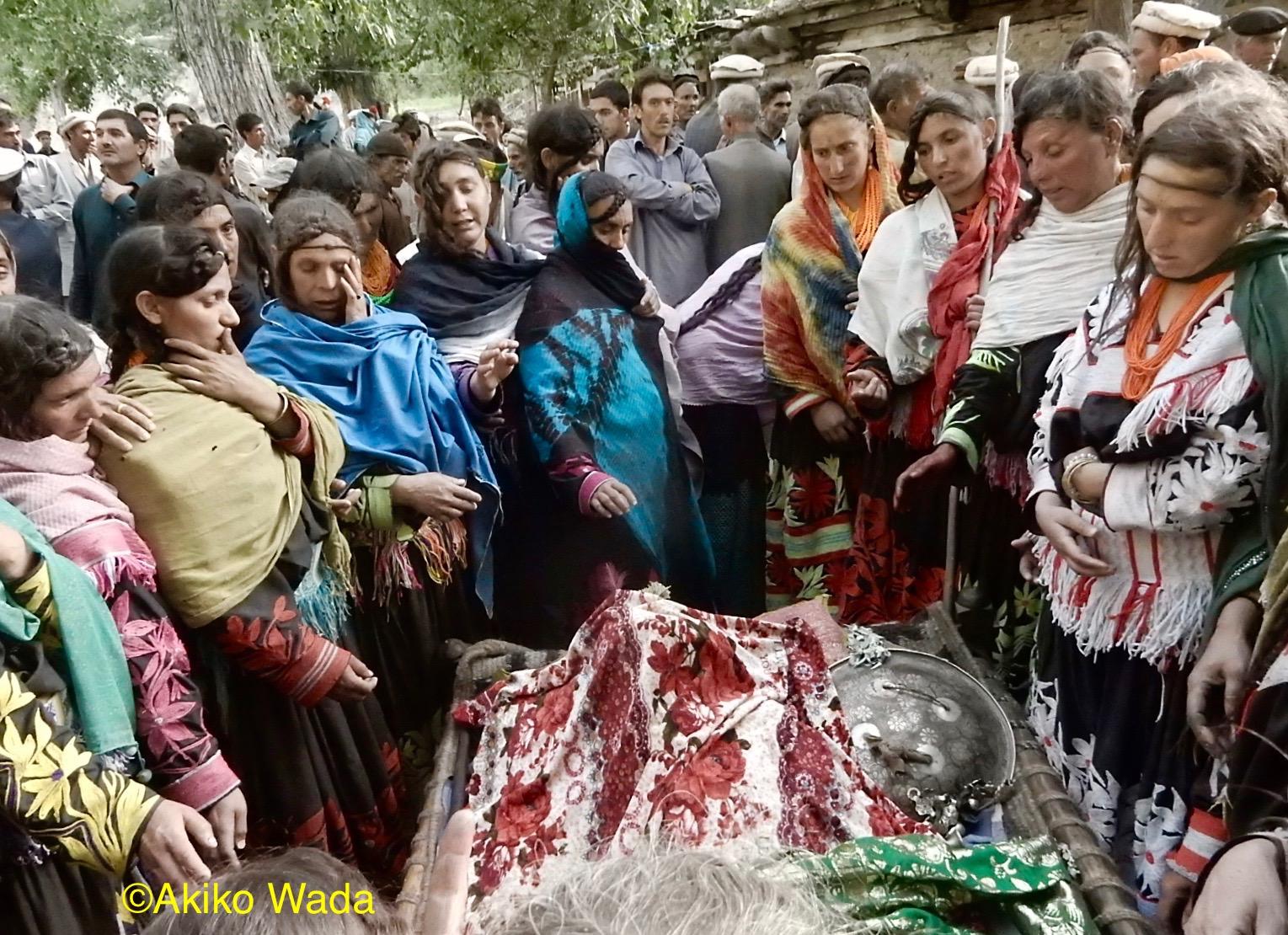 グロム村のお年寄りが亡くなる。ジャマットの伯父(母親の兄)でルンブール谷では一番の長寿だった。この一ヶ月で3件目の葬式。