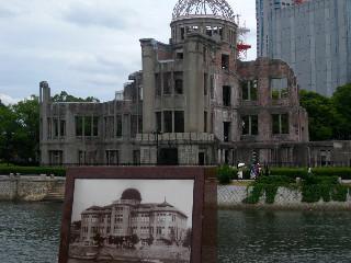 原爆ドームの被災前と後。