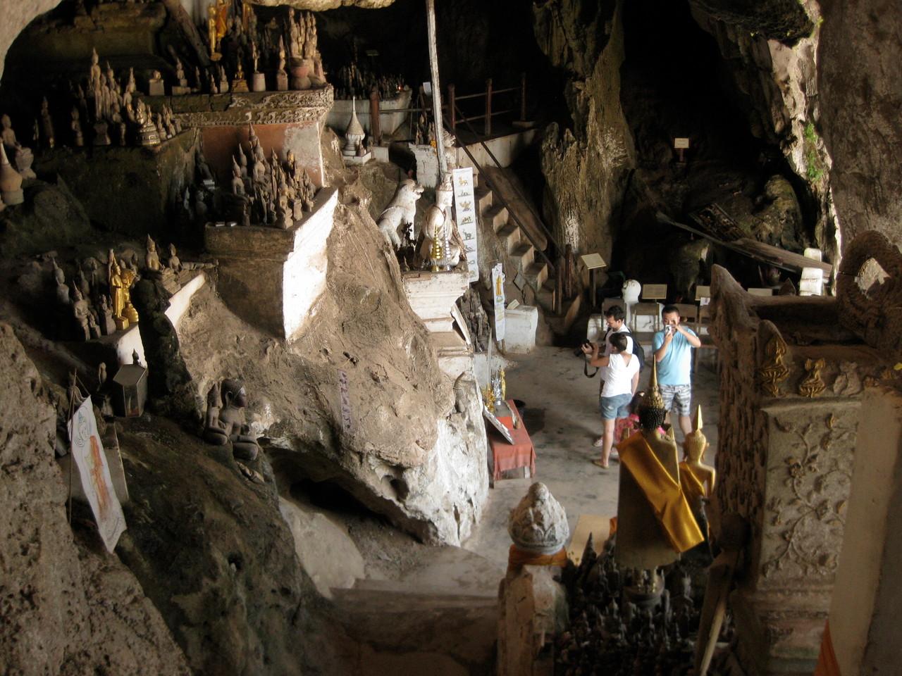 パクウー洞窟。4000体の仏像が置かれている。