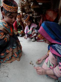 雪解けの頃になると、女の子たちは石ころのお手玉で遊ぶ。
