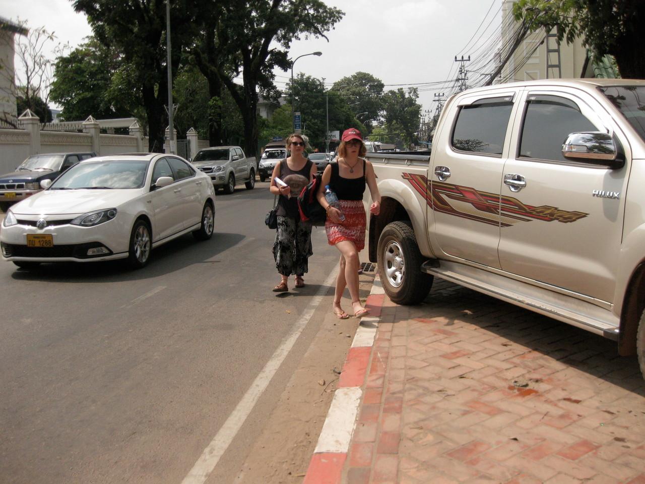 車は増えているのに駐車場がないので、車は歩道に斜め並びに停められる。道を歩く人は車道を歩くはめになり、危険この上ない。