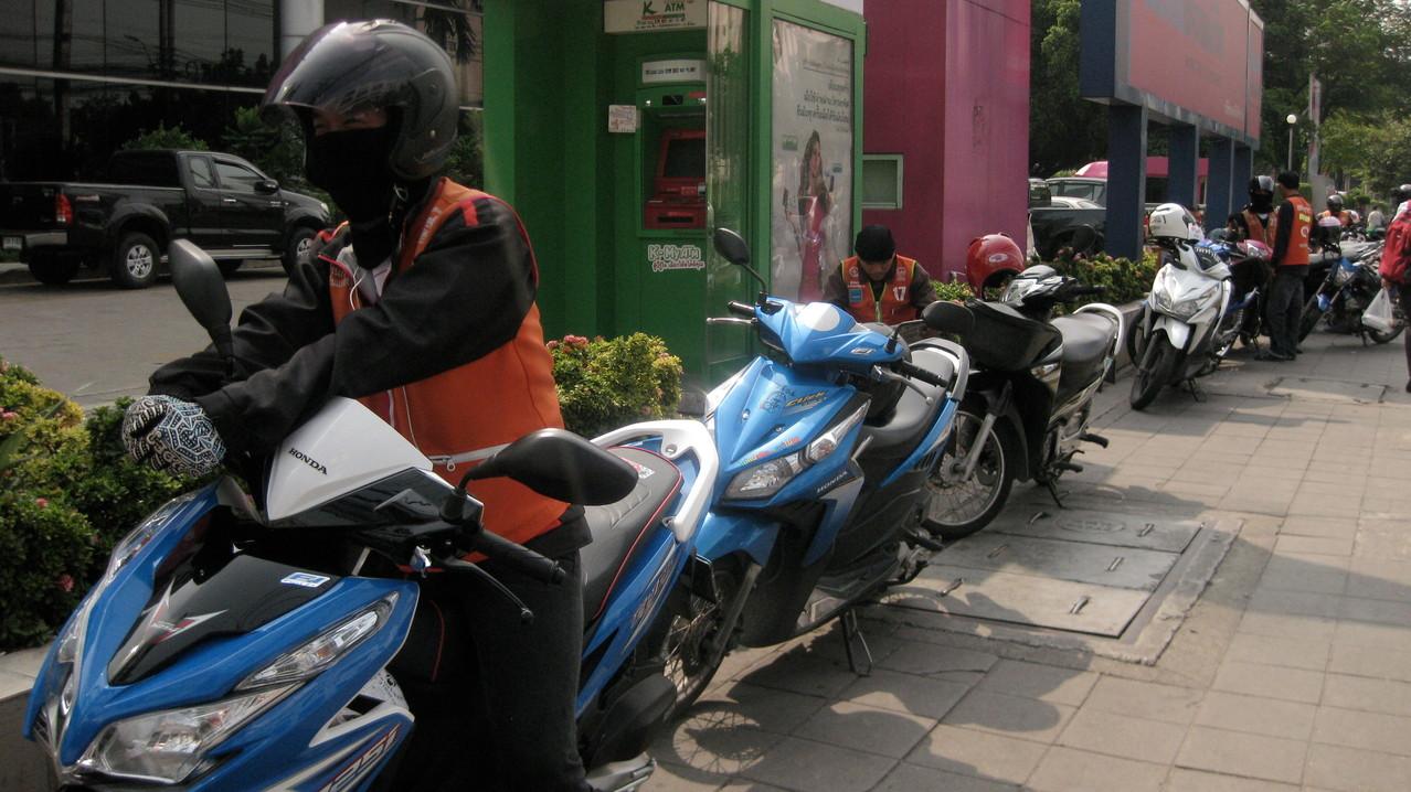 バンコクの大通りから小路に入る角々には、バイク・タクシーが待機している。 ドライバーのお兄さんたちはこの暑さの下でフル装備している。ごくろうさんです。