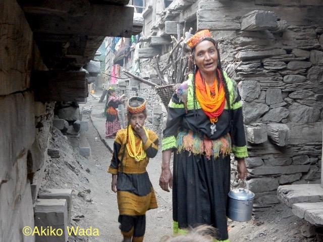 夕方上流の畑地から村に戻って来るアスマーラ・アーヤと孫娘。