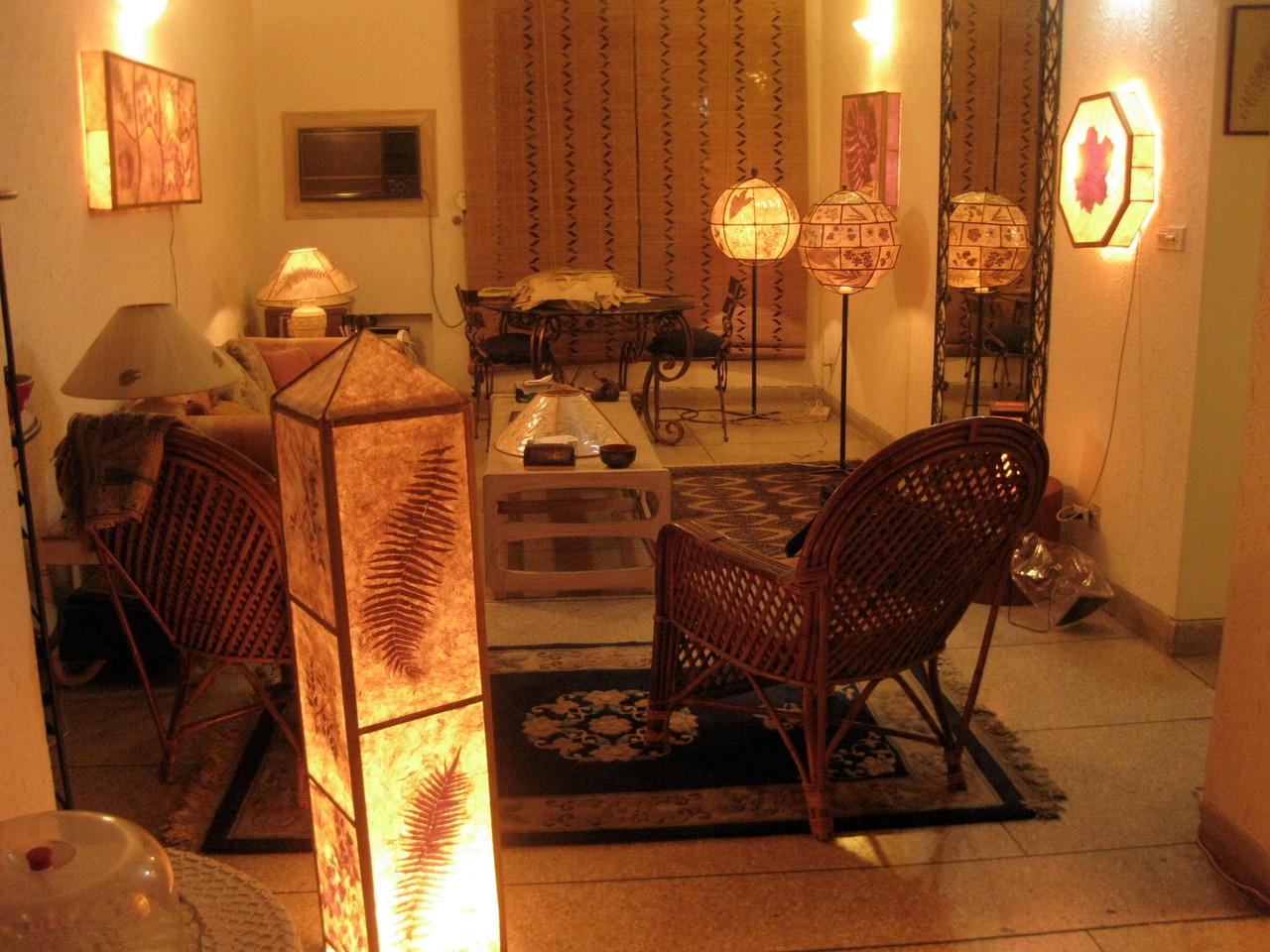 ヌザットさんの手漉きの紙を使った作品で飾られた客間