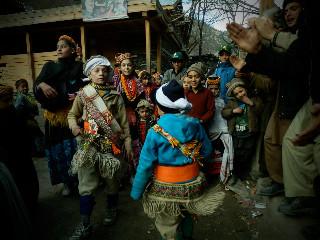 サジゴールに行く前に踊る少年たち