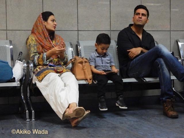 イスラマバード空港で、この坊やはずーと休みなしにスマホで遊んでいた