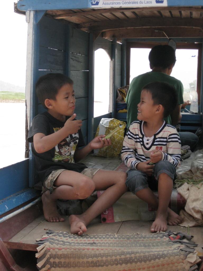 帰りの舟で兄弟はさとうきびを食べながらふざけていました。
