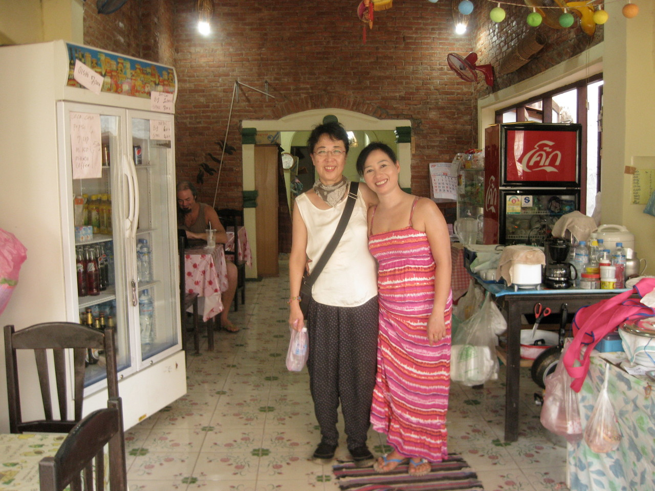 近くのThong Bay食堂。ここの女将さんは日本に住んでいたことがあり日本語が大変上手。息子さんは今も新潟でレストランをやってるそうだ。あっさりした味付けで値段も安い。この女将さんは私の虫食われを見て薬を塗ってくれた。