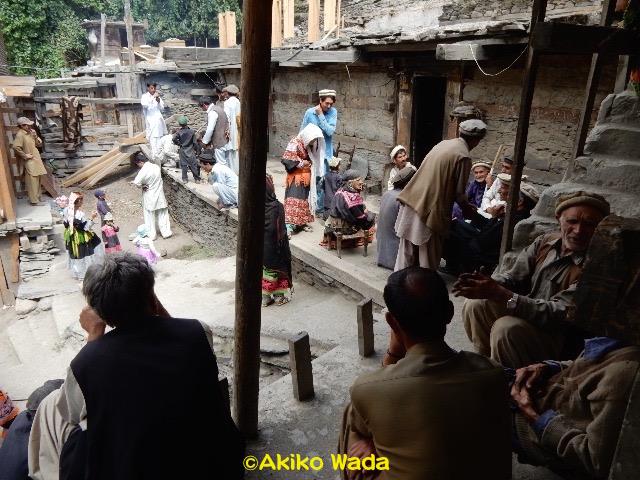 喪明けの行事には村じゅうの人と親戚が集まった