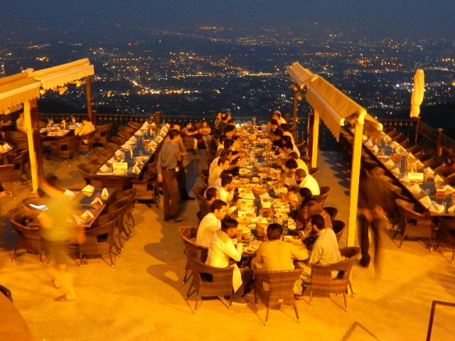 20年ぶりぐらいにマルガラ丘に行った。てっぺんに大きなレストランができていたが、ここも食中毒が多いという噂だそう。イスラマバードが展望できる。