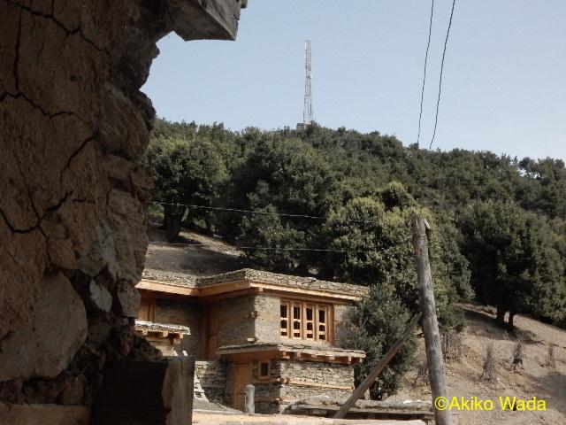 ルンブール谷の基地局はカラーシャグロム村に立ち、その近くはやはり電磁波被曝のリスクが高い