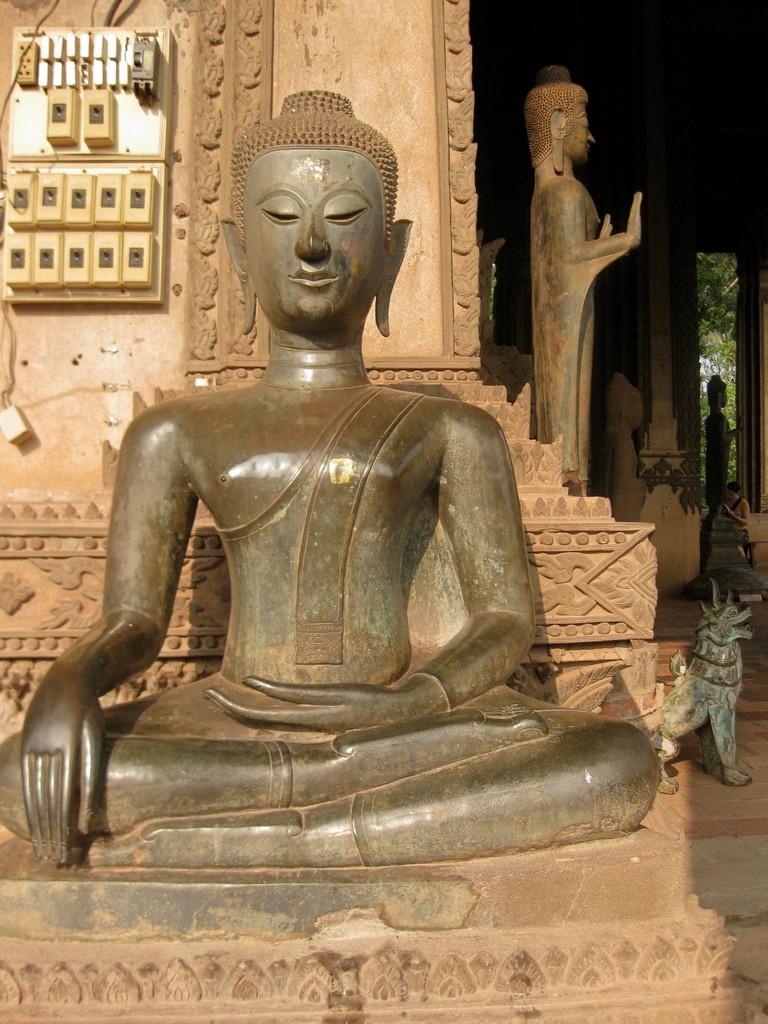 ここの仏像は手がスラリと長いのが特徴だ。